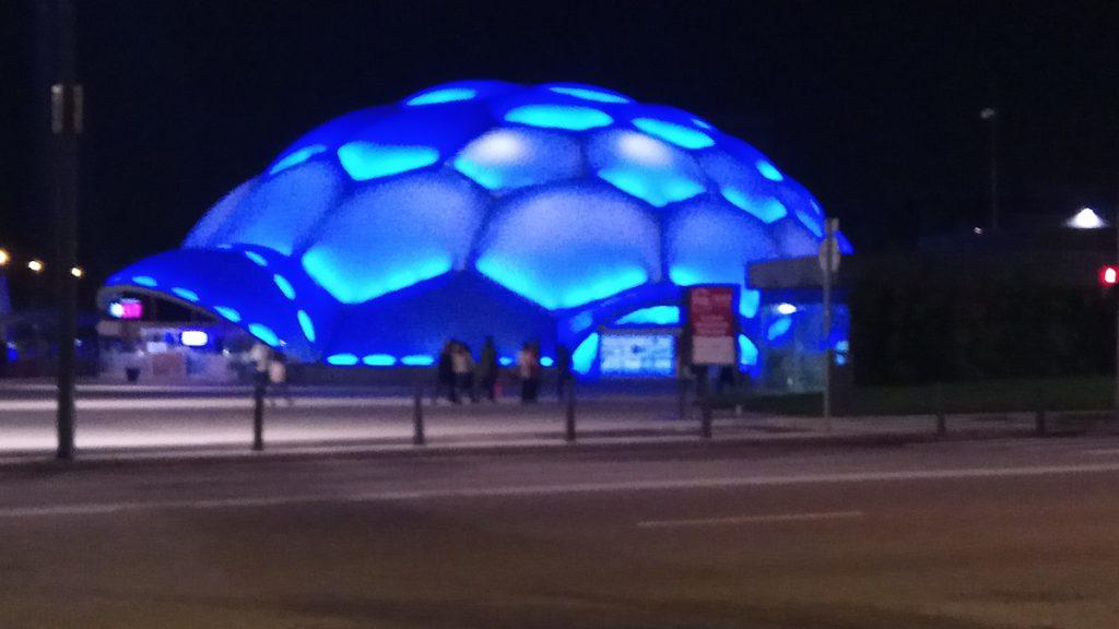Cúpula del milenio iluminada de azul, con motivo del día internacional TCA